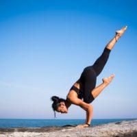 https://pixabay.com/de/photos/yoga-stärke-menschen-frau-2587066/