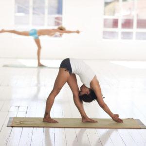 Herausforderungen im Yoga meistern - Frau in Yogastellung